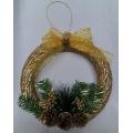 Коледен венец с шишарки в златисто