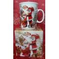 Богато обрисувана коледна чаша с Дядо Коледа и подаръци